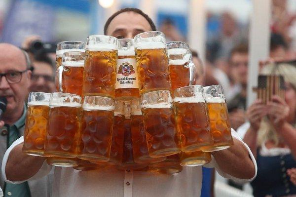 Bavariya sayağı dünya rekordu: ofisiant 29 bokal pivəni birdəfəyə götürüb